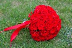 Piękny czerwony ślubny bukiet dla panny młodej Obrazy Royalty Free