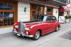 Piękny czerwony samochód parkujący blisko kawiarni zdjęcie stock