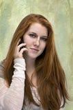 Piękny czerwony z włosami nastoletni z telefonem fotografia royalty free