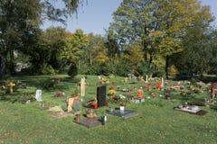 Piękny czysty cmentarz z kwiatami i zabytkami zdjęcie stock
