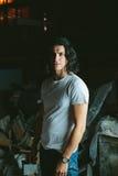 Piękny długi z włosami brunetka facet w białych koszulkach Zdjęcie Stock