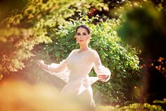Piękny dama taniec w światło słoneczne ogródzie zdjęcia royalty free