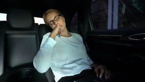 Piękny damy drzemanie na samochodowym tylnym siedzeniu, nieregularne godziny pracujące, brak sen zbiory