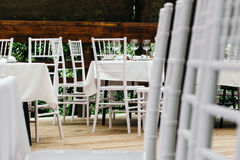 piękny dekoraci szkła stołu ślub Chiavari krzesła na zakrywającym drewnianym pokładzie obraz stock