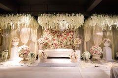 Piękny dekorujący Angielskiego tematu ślubny ołtarz zdjęcia royalty free