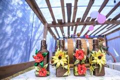 Piękny dekorujący drewniany pawilon z baloons i bukiet róż pastelowych kolorów stołu pozycja na zielonej trawie blisko drzewo pog Obrazy Royalty Free