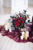 Piękny dekoruje ślubnego bouqet blisko kanapy z świeczkami w studiu i Obraz Royalty Free