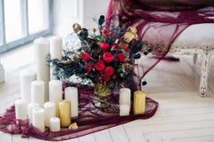 Piękny dekoruje ślubnego bouqet blisko kanapy z świeczkami w studiu i Zdjęcia Royalty Free