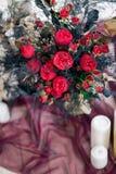 Piękny dekoruje ślubnego bouqet na podłoga z świeczkami w studiu i Obrazy Stock