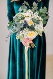 Piękny dekoruje ślubnego bouqet w pann młodych rękach Obrazy Stock