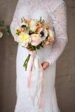 Piękny dekoruje ślubnego bouqet w pann młodych rękach Fotografia Stock