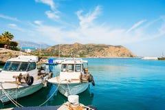 Piękny denny brzeg z łodziami w Agia Galini, Crete, Grecja Zdjęcie Royalty Free