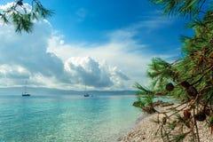 Piękny denny widok z plażowym Zlatni szczurem w Bol, wyspa Brac, Chorwacja obraz stock