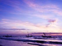 Piękny denny wschód słońca i statek. Zdjęcie Royalty Free