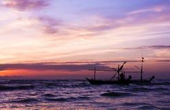 Piękny denny wschód słońca i statek. Zdjęcia Royalty Free