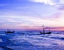 Piękny denny wschód słońca i statek. Zdjęcie Stock