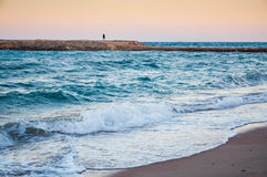 Piękny denny wybrzeże i osamotniona postać mężczyzna w odległości Zdjęcie Stock