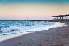 Piękny denny wybrzeże w osamotnionej postaci mężczyzna wewnątrz i wieczór Zdjęcie Stock