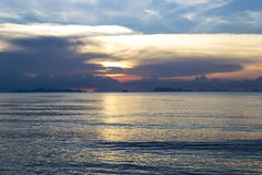 piękny denny zmierzch Spokojny morze Udziały chmury w niebie równo Słońce kryjówki za chmurami Niebieskie niebo i błękitny w Zdjęcie Stock