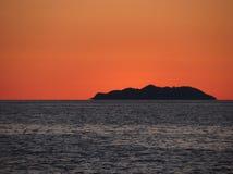 Piękny denny zmierzch z wyspy sylwetki panoramą Widok Gorgony wyspa od Livorno miasta włochy Toskanii Zdjęcia Stock