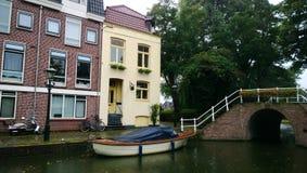 Piękny deptak i mały kanał z mostem w Alkmaar Zdjęcie Stock