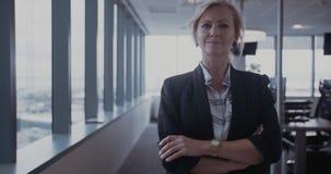 Piękny dojrzały bizneswoman w biurze zbiory wideo