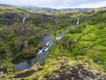 Piękny Dolinny Gjain z kolorowymi law skałami, bujny zielonym mech, roślinność i błękitne wody z siklawami, i fotografia royalty free