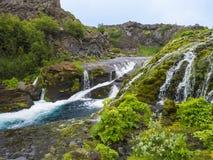 Piękny Dolinny Gjain z kolorowymi law skałami, bujny zielonym mech, roślinność i błękitne wody z siklawami, i fotografia stock