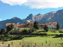 Piękny dom po środku natury i otaczający górami w San Martin de Los Andes, Argentyna Obrazy Royalty Free