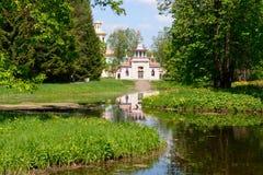 Piękny dom Wśród drzew Obrazy Royalty Free