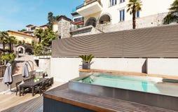 Piękny dom z basenem obraz stock