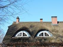 Piękny dom z trzcinowym roślina dachem, Lithuania Zdjęcia Royalty Free