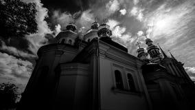 Piękny dramatyczny czasu upływu kościół, słońce i chmury, czarny i biały materiał filmowy zbiory wideo