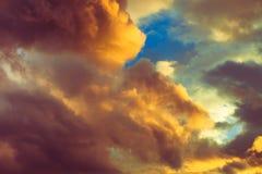 Piękny dramatyczny zimy cloudscape tło zdjęcia stock