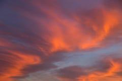 Piękny dramatyczny zmierzchu niebo z pomarańcze i menchiami barwiącymi chmurnieje Fotografia Stock