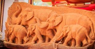 Piękny Drewniany cyzelowanie słoń rodzina Antykwarska sztuka Handmade Obraz Royalty Free