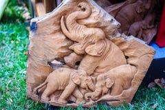 Piękny Drewniany cyzelowanie słoń rodzina Antykwarska sztuka Handmade Zdjęcia Royalty Free