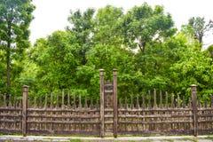 Pi?kny drewniany ogrodzenie w miasto ogr?dzie zdjęcie stock