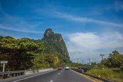Piękny drogowy rozcięcie przez luksusowej tropikalnej góry Obraz Stock