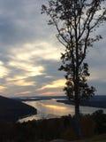 Piękny drzewo, góry, rzeka i niebo, zdjęcia royalty free