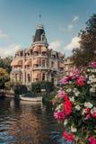 Piękny dwór na Amsterdam kanale zdjęcia stock