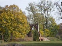 Piękny dwór w parc z starą bramą Obrazy Royalty Free