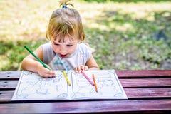 Piękny Dwa roczniaka dziewczynki rysunek w kolorystyki książce Fotografia Royalty Free