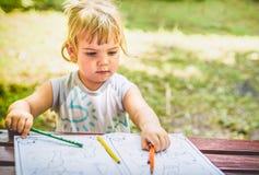 Piękny Dwa roczniaka dziewczyny rysunek w kolorystyki książce Zdjęcia Royalty Free