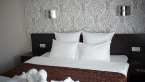 Piękny dwoisty łóżko w hotelu zbiory wideo