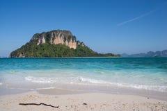 Piękny dzień z morzem, piaskiem i wyspami błękitnymi, Obrazy Stock