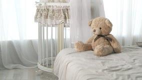 Piękny dziecka łóżko z miękką łóżkową pościelą dla twój dziecka zdjęcie wideo