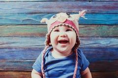 Piękny dziecko w śmiesznym sowa kapeluszu zdjęcia stock