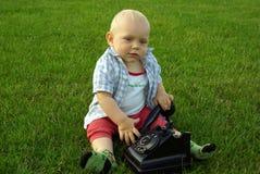 Piękny dziecko z telefonem na zielonej trawie obrazy royalty free