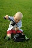 Piękny dziecko z telefonem na zielonej trawie zdjęcia royalty free